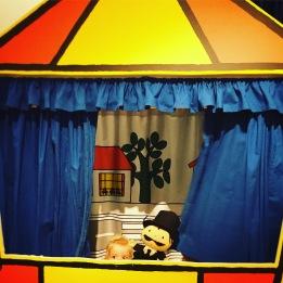 Jools deed zo haar best om een echte poppenkast show te geven...! Cute!