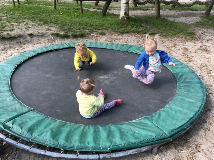 Nog geen andere kinderen op de trampoline