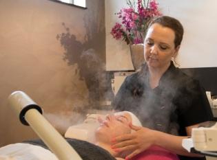 amanda-gezichtsbehandeling-stoom-ontspannen-ernas-beauty-huidverzorging-huidverbetering
