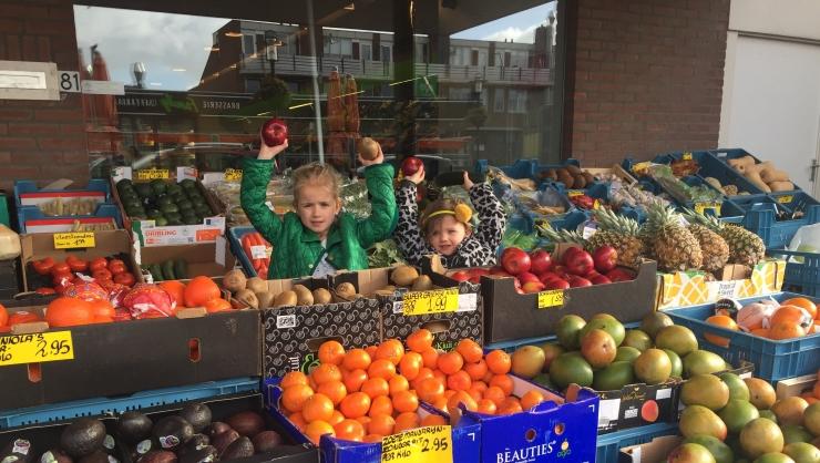 Jools en Pippa verkopen groente en fruit - MOMspiration